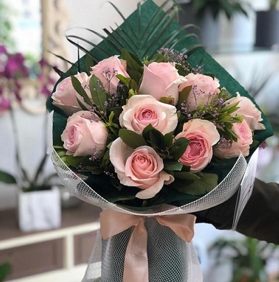 Classic bouquet of 12 pink roses